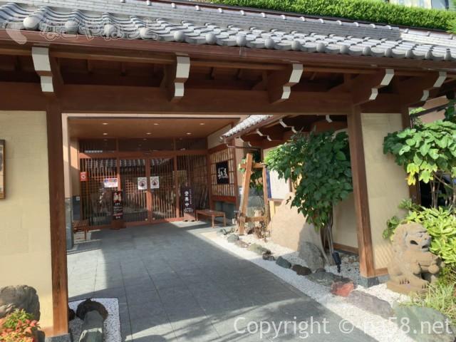 六条温泉喜多の湯(岐阜県岐阜市)門から玄関へのアプローチ