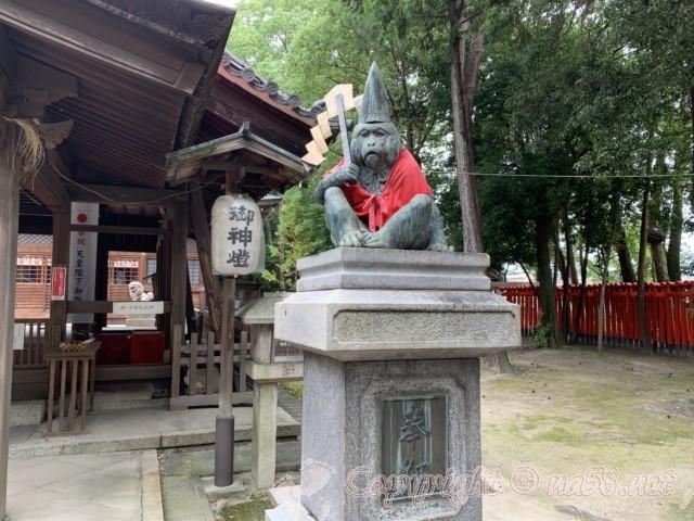 「日吉神社」愛知県清須市、御幣を持ったさる