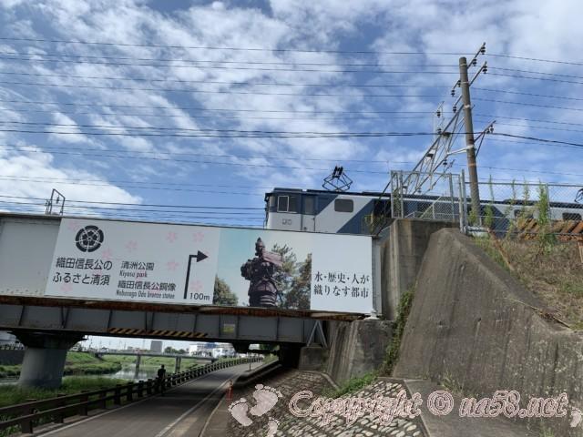 織田信長と濃姫の銅像のある清洲公園への橋げた案内