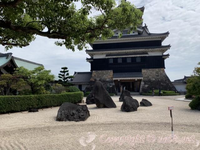 清須城(愛知県清須市)、左は芸能文化会館