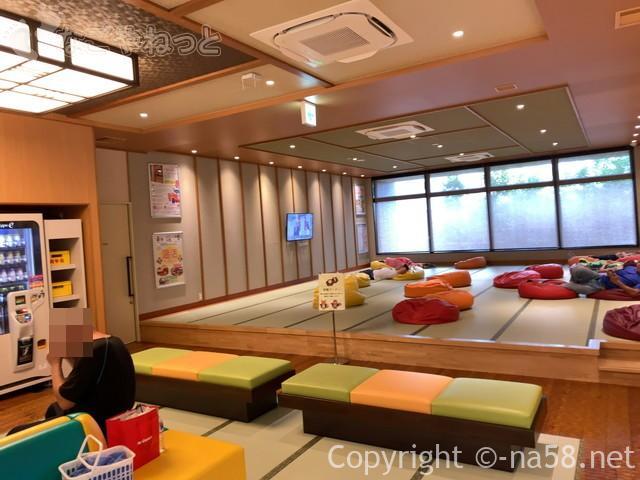 大垣天然温泉湯の城(岐阜県大垣市)一階奥の広い休憩室