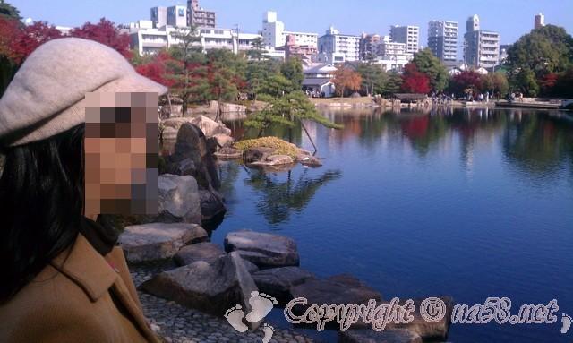 徳川園(日本庭園)愛知県名古屋市東区、紅葉と庭園内の池