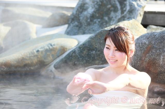 岩風呂・温泉・若い女性ひとり