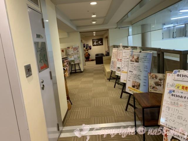 「みどり館」愛知県半田市、宿泊棟と入浴施設棟を結ぶ廊下