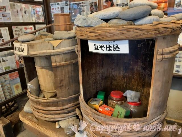 醸造「伝承館」(愛知県半田市)、味噌の仕込み樽とたまりの仕込み樽