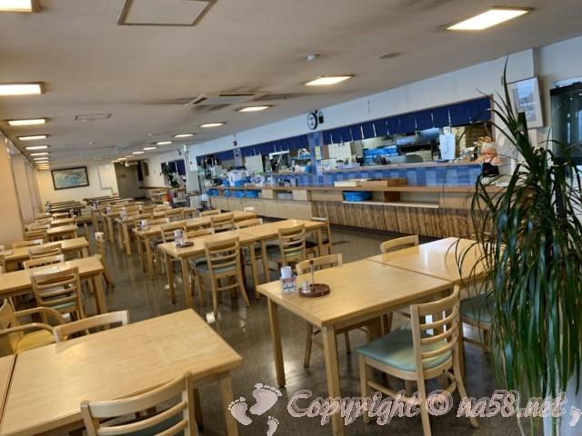まるは食堂本店(愛知県南知多町)一階席厨房のそば