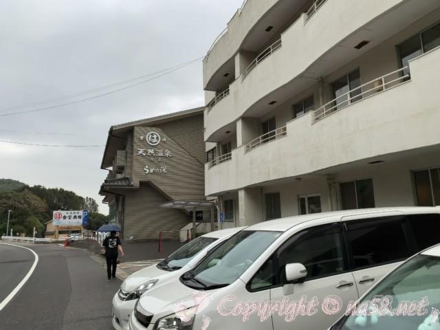 まるは食堂本店(愛知県南知多町)本館前の駐車場と、うめの湯温泉の南側の駐車場