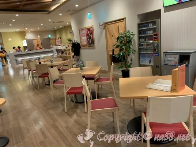 後楽温泉ほのかの湯(岡山県岡山市)1階フロント奥のテーブル席休憩スペース