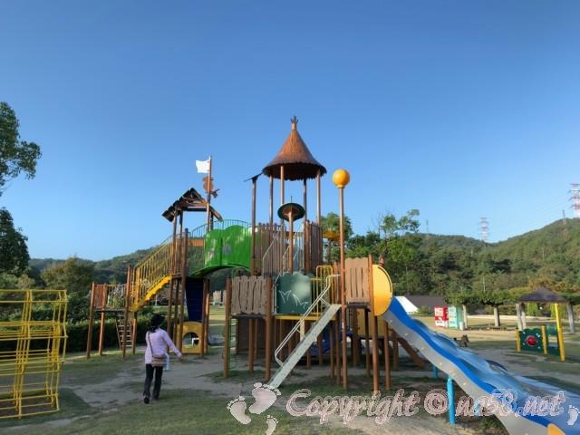 道の駅みやま公園(岡山県玉野市)の早朝の公園散策、大型遊具もある