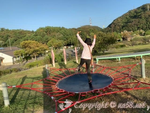 道の駅みやま公園(岡山県玉野市)の早朝の公園散策、トランポリンで体を動かす