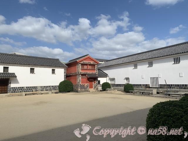大原美術館(岡山県倉敷市)中庭を囲むように立つ「工芸・東洋館」