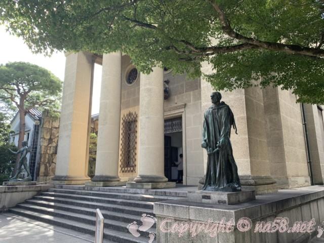 大原美術館(岡山県倉敷市)本館入口の両脇にロダンの彫刻作品「カレーの市民‐ジャン・デール」(右)と「洗礼者ヨハネ」(左)