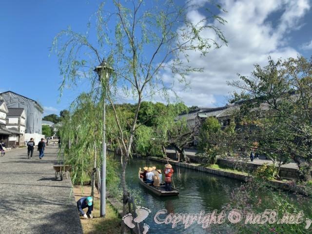 「倉敷美観地区」(岡山県倉敷市)の川舟で観光する人達