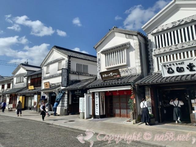 「倉敷美観地区」(岡山県倉敷市)の白壁が続く町並み