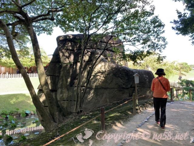 岡山後楽園(岡山県岡山市)の花葉池の巨大な石
