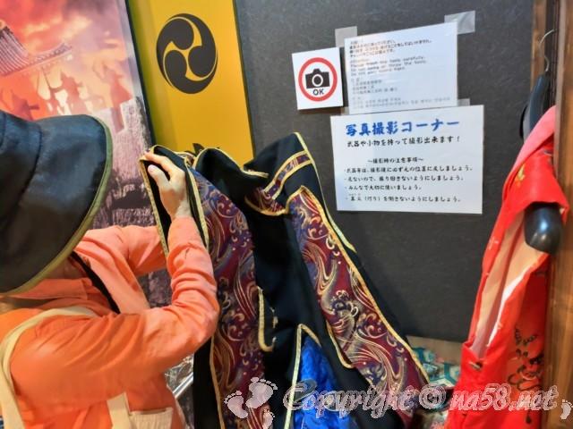 岡山城(岡山県岡山市)の着付けコーナー、衣装も本格的で種類が多い