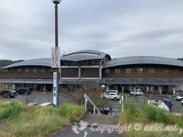 「道の駅みき」兵庫県三木市、二階の駐車場から一階部分と施設をみおろしたところ
