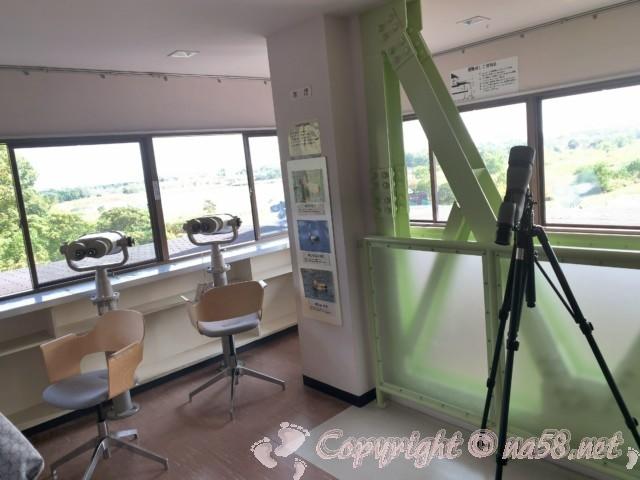 弥富野鳥園(愛知県弥富市)の3階で大型双眼鏡4台あり
