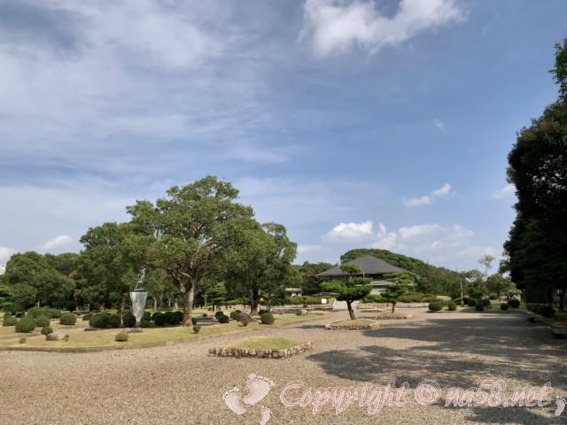 弥富野鳥園(愛知県弥富市)広い庭から施設を見たところ