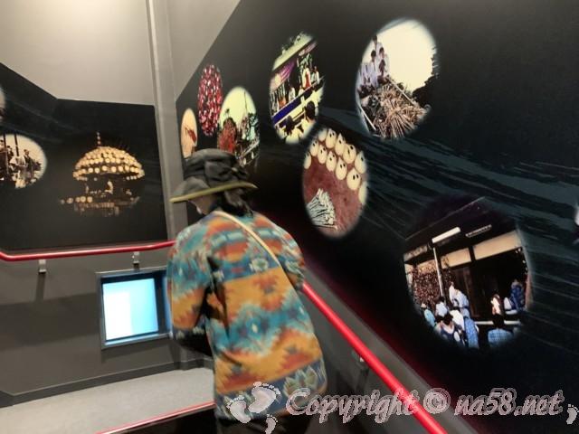 愛知県蟹江町の蟹江観光交流センター祭人、二階への階段にグラフィック展示