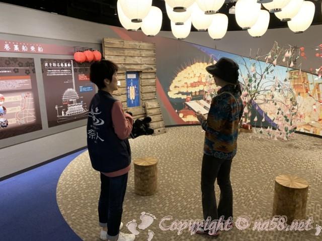 愛知県蟹江町の蟹江観光交流センター祭人の二階須成祭ミュージアム、中央でVR体験、館長さんとお話