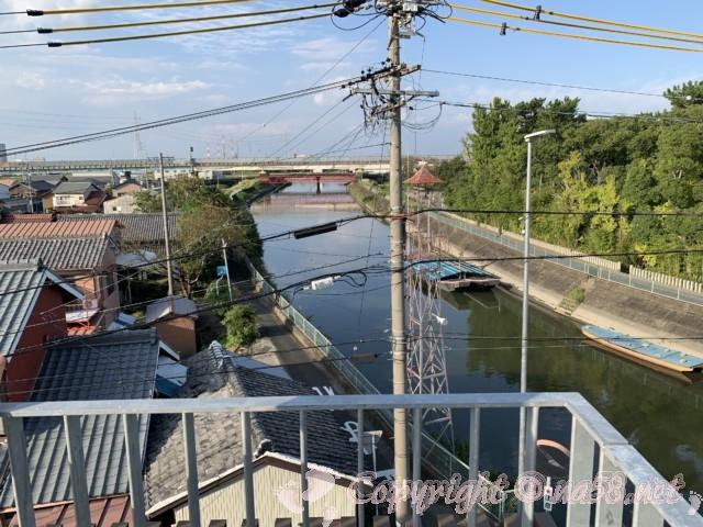 愛知県蟹江町の蟹江観光交流センター祭人の三階屋上からの蟹江川と風景