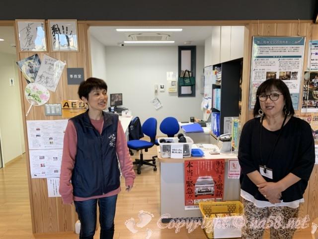 愛知県蟹江町の蟹江観光交流センター祭人の一階、ショップで館長さんとスタッフさん