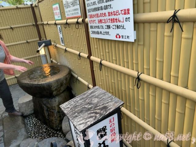 「かにえの郷」足湯・手湯・愛知県蟹江町、手湯を利用する女性