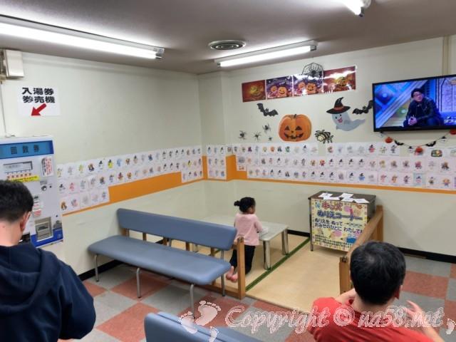 尾張温泉東海センター(愛知県蟹江市)の椅子の休憩室テレビあり