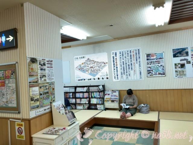 尾張温泉東海センター(愛知県蟹江市)のたたみの休憩所マンガ本あり