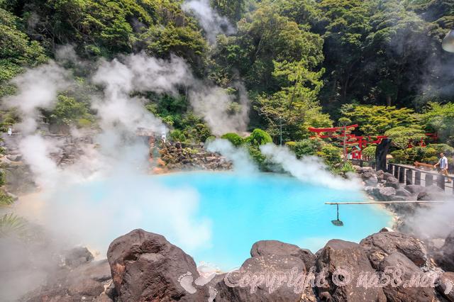 温泉地・青い色をした温泉、近くに赤い鳥居