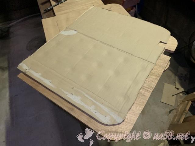 型どりして微調整した段ボール型からべニア板を切り出し