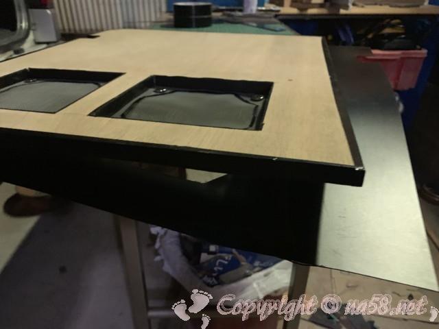 大きさ形を合わせて切り抜き、両面テープで貼りつけます。
