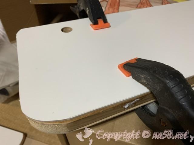 板に合わせて切り取って、木工ボンドで貼りつけました。
