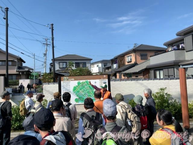 蟹江城址公園(愛知県蟹江町)で地元の方による詳しい解説に聞き耳をたてる人達
