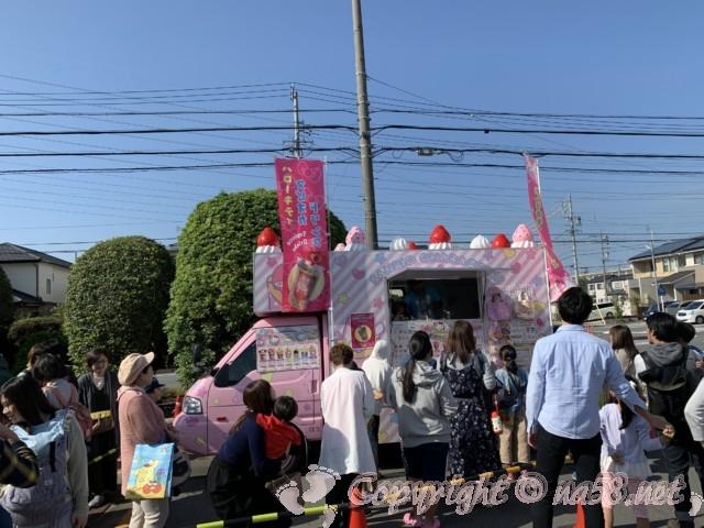 蟹江町体育館で文化祭開催、キッチンカーでキャラクターのクレープ