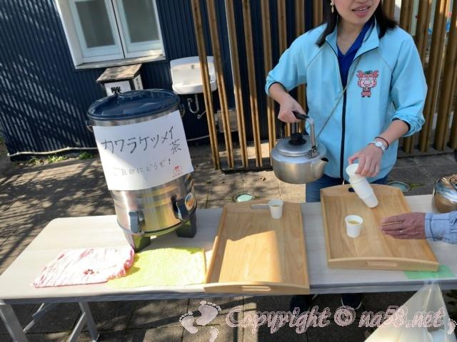 蟹江町のまちなか交流センター「楽人」でカワラケツメイ茶のふるまい