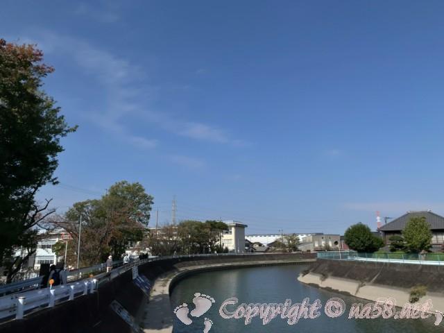 蟹江川を北にすすみ、観光交流センター「祭人」へと向かう