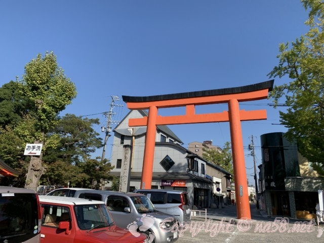 津島神社(愛知県津島市)の東の大鳥居、手前が駐車場