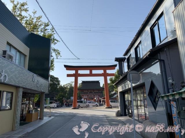 津島神社門前、右の建物が「総本家松義」さん