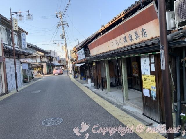 津島市本町筋(旧街道)で蔵のある小路、レトロな雰囲気とお店
