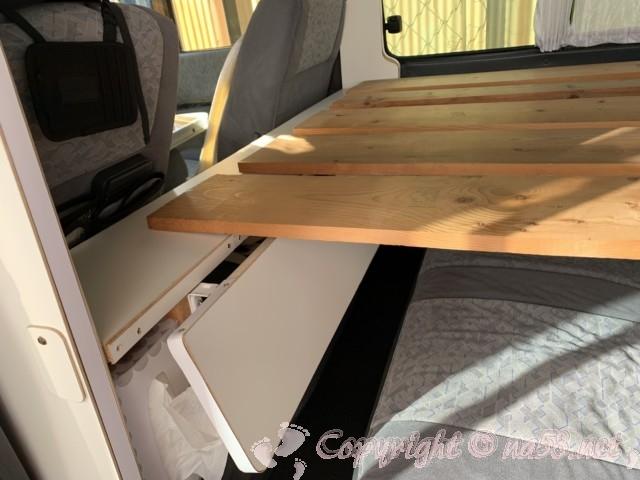 ベッドの板がテーブルの上に乗っている状態