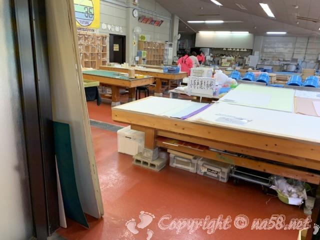 「小原四季桜まつり」(愛知県豊田市)の和紙のふるさと、和紙工芸館ですき作業をする方たち