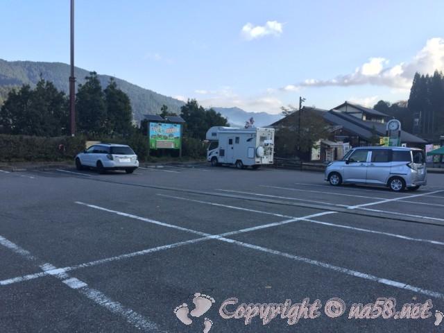 道の駅「どんぐりの里いなぶ」(愛知県豊田市)施設を向こうに見た駐車場