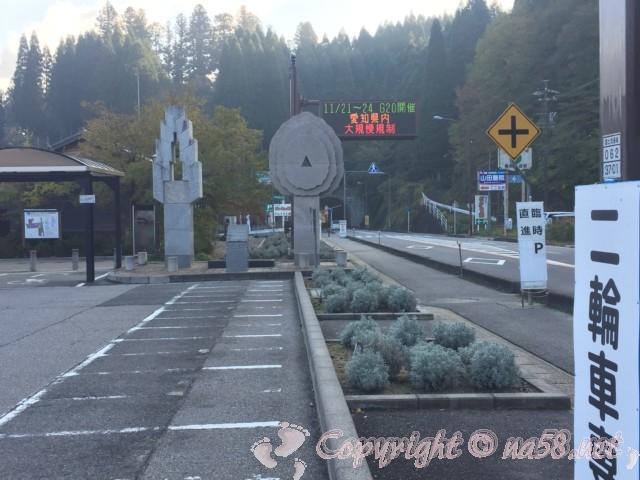 道の駅「どんぐりの里いなぶ」(愛知県豊田市)左が施設、二輪駐車場、右は国道153号