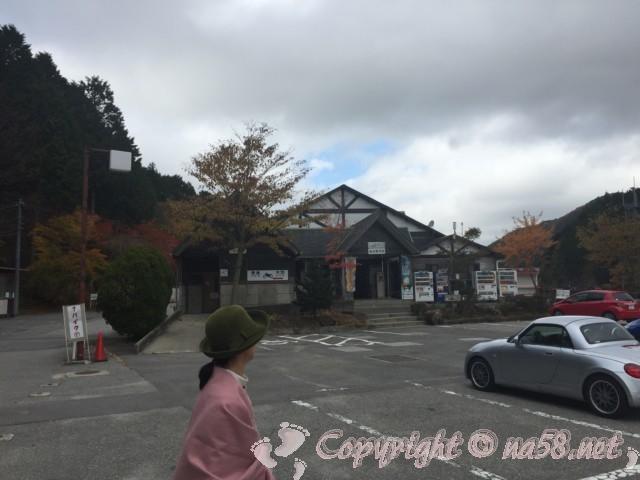 道の駅つぐ高原グリーンパーク(愛知県設楽町)の付近の紅葉、駐車場と施設