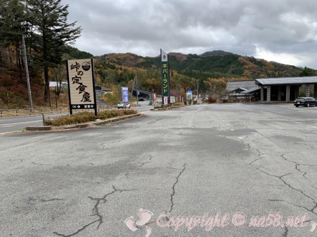 ネバーランド(長野県根羽村)の駐車場と看板