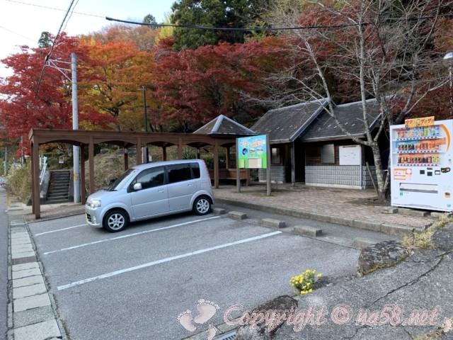 大井平公園(豊田市稲武町)の入り口にある無料駐車場