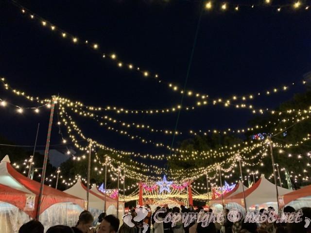 名古屋クリスマスマーケット(中区久屋大通り公園)2019年テントのスペースと屋外と、イルミネーションの元で