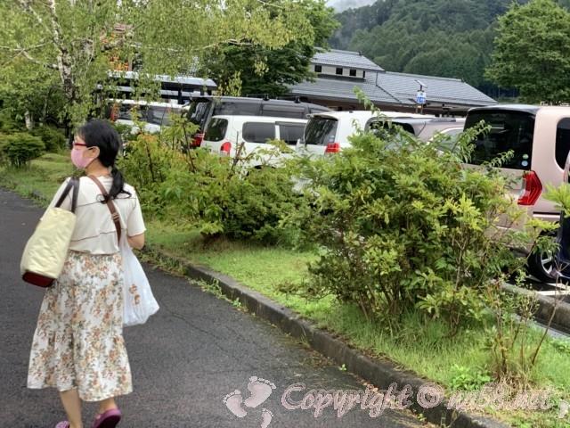 「道の駅信州平谷」の駐車場と天然温泉ひまわりの湯の建物(長野県平谷村)